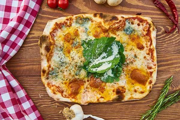 Eine Pizza ist ein einem Minibackofen schnell und energiesparend gebacken